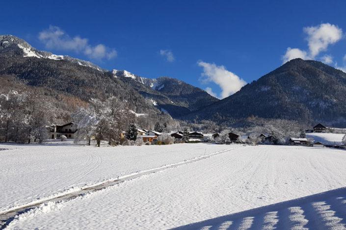 Ausblick auf die verschneiten Berge rund um das Landhaus Hochgern