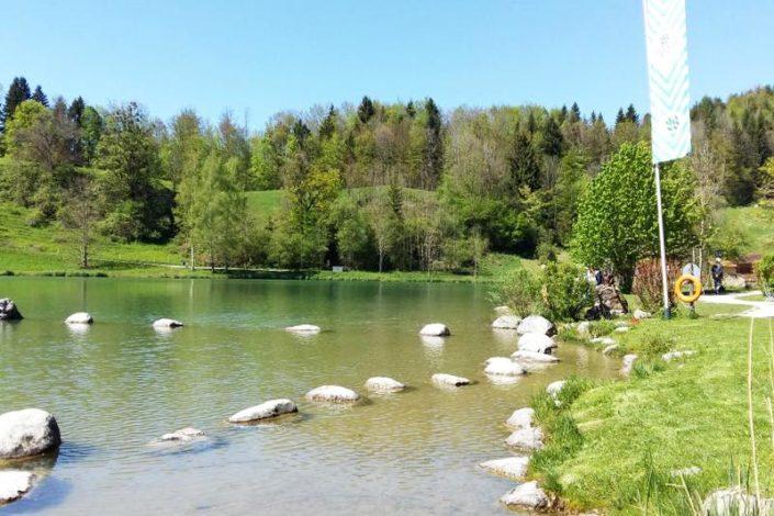 Entspannen bei einer Pause am See nach Wandertour vom Landhaus Hochgern im Chiemgau